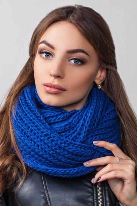 Девушка в синем вязаном шарфе