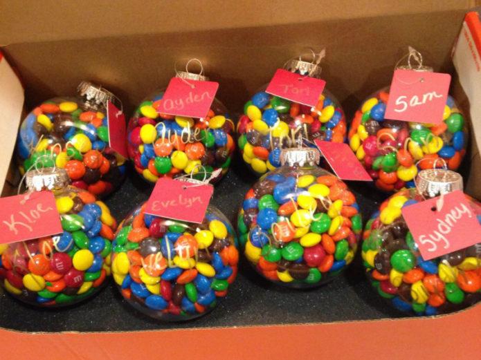 Игрушки с разноцветным драже