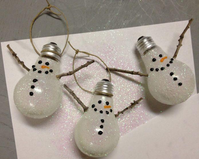 Ёлочные снеговики из ламп