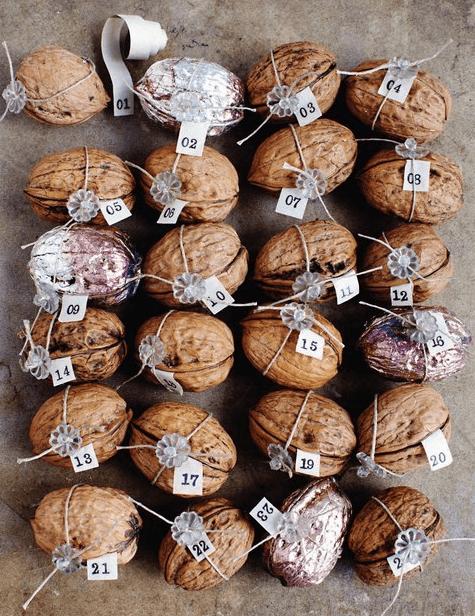 Орехи с праздничными пожелания для ёлочного убранства