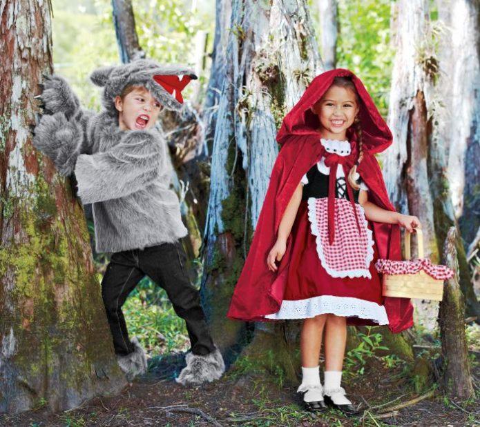 Девочка и мальчик в костюмах Красной Шапочки и Волка