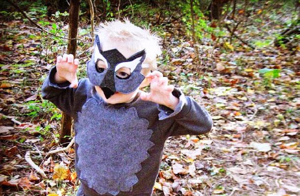 Мальчик в костюме волка
