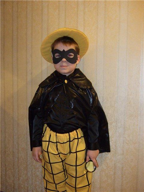 Мальчик в костюме сыщика