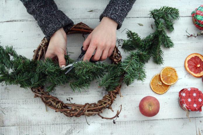 Подготовка новогоднего венка к декорированию