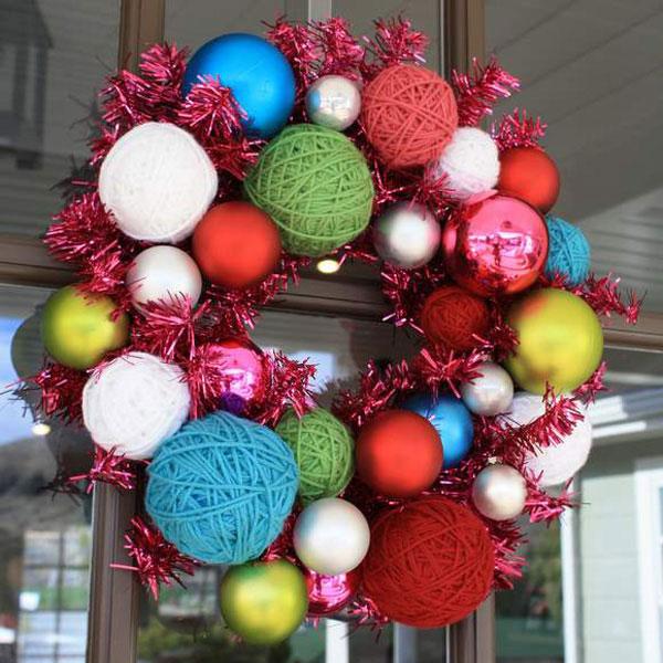 Новогодний венок из клубочков и ёлочных шариков