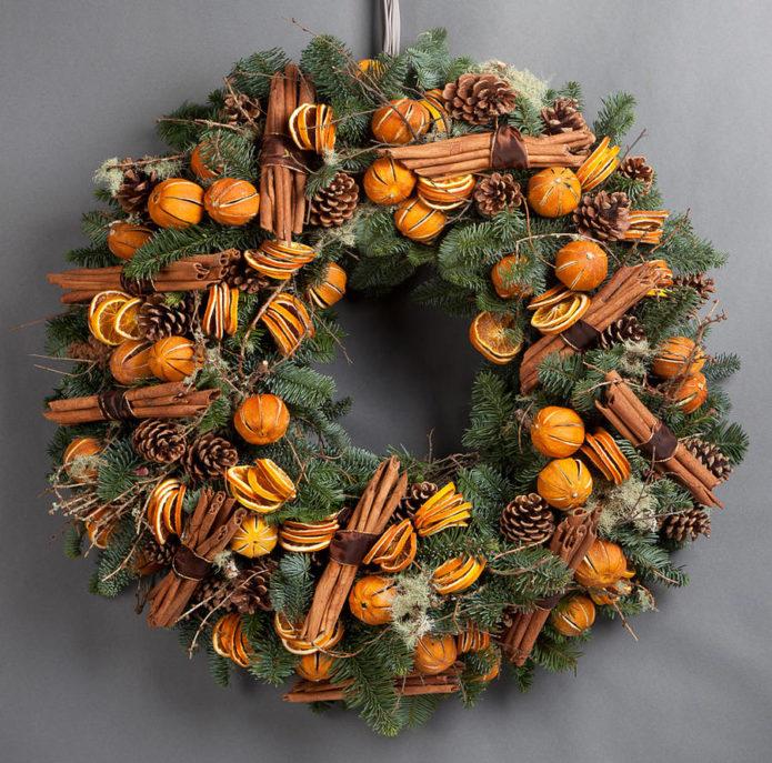 Использование сухих фруктов в украшении новогоднего венка