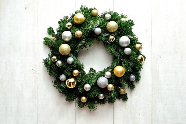 Традиционный новогодний венок из еловых веток