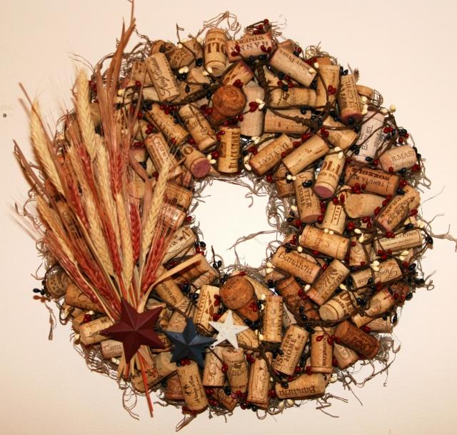 Новогодний венок из пробок, украшенный колосьями