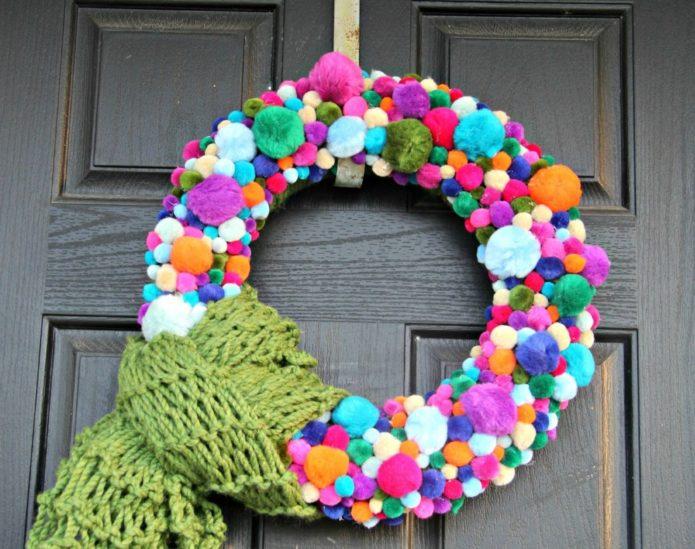 Новогодний венок из цветных помпонов