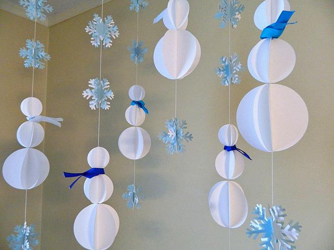 Бумажные снеговики в гирлянде