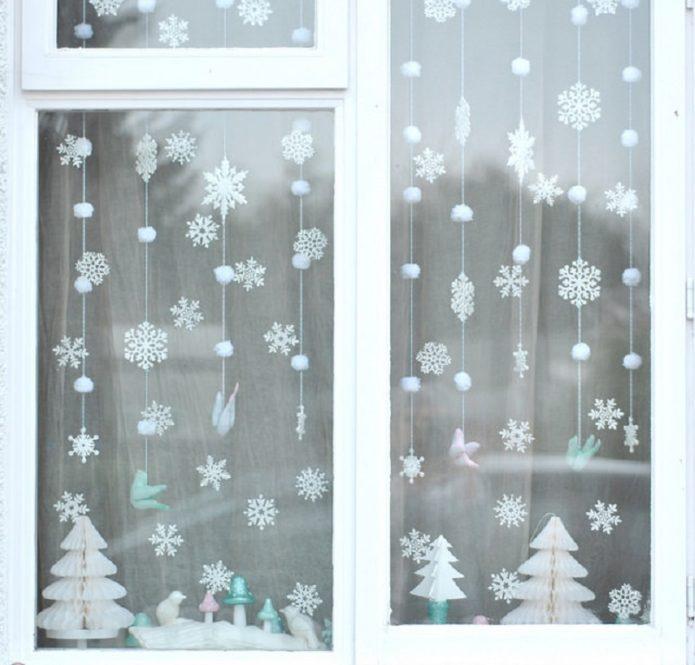 Гирлянда из бумажных снежинок и ваты