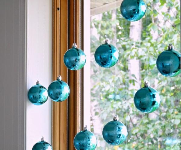 Гирлянда из ёлочных шариков