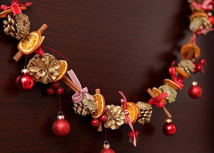 Шишки, ёлочные шарики и сухие фрукты в гирлянде