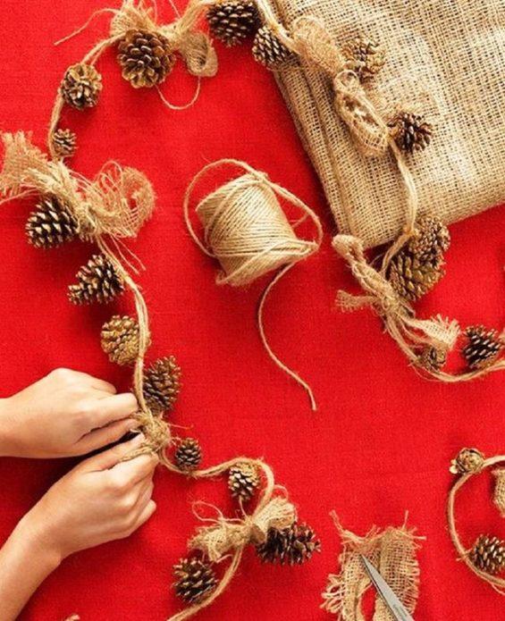 Изготовление гирлянды из шишек и бечёвки