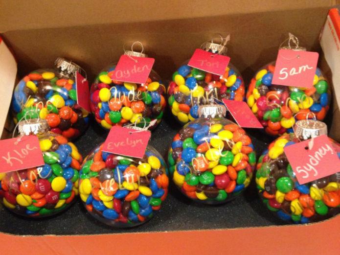 Именные новогодние шары с драже в подарок коллегам