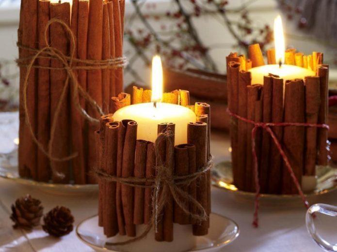 Свечи, украшенные палочками корицы