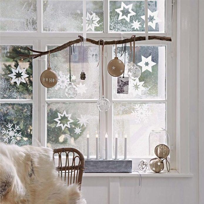 Снежные узоры и гирлянды на окнах