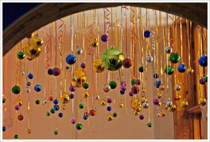 Декор потолка елочными шарами