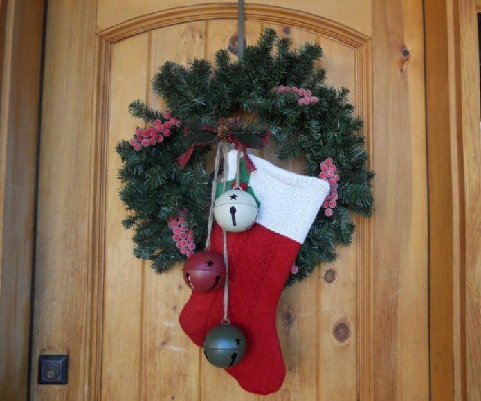 Венок и носок — новогодняя композиция на дверь
