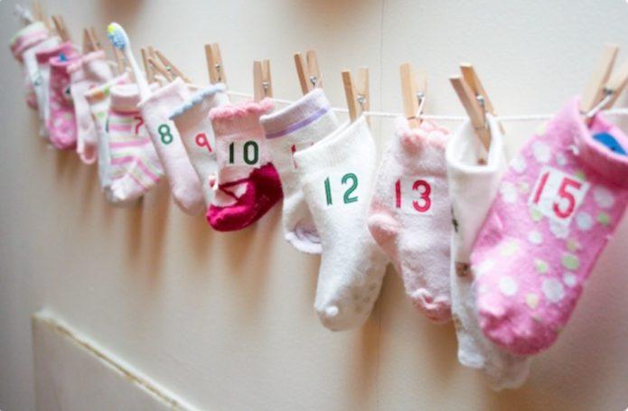 Простой адвент-календарь из детских носков
