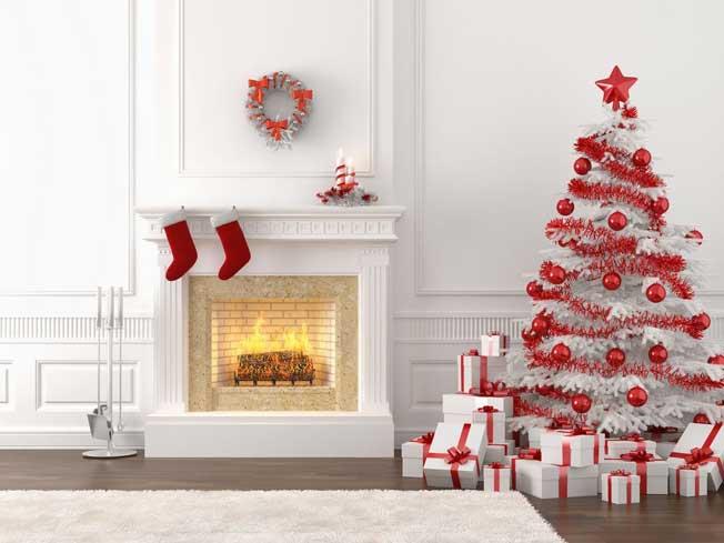 Белый камин с красным новогодним декором