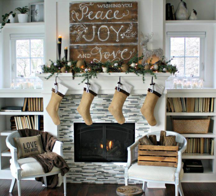 Деревенский камин с носками для подарков