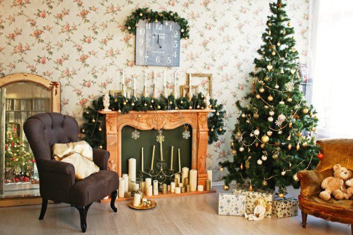 Новогоднее убранство гостиной с камином
