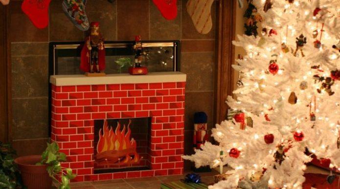 Новогодняя елка и камин