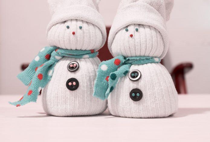 Замечательные снеговики из носков