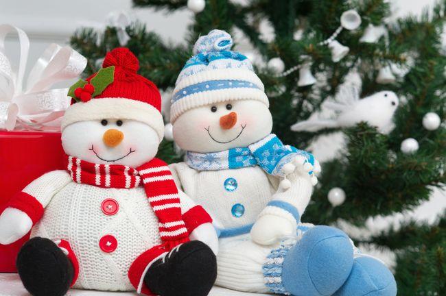 Весёлые снеговики из флиса