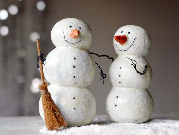 Снеговик из бумаги, покрытый ватой