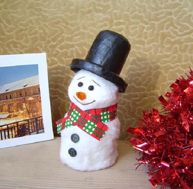 Снеговик с корпусом из пластикового флакона, покрыт ватой