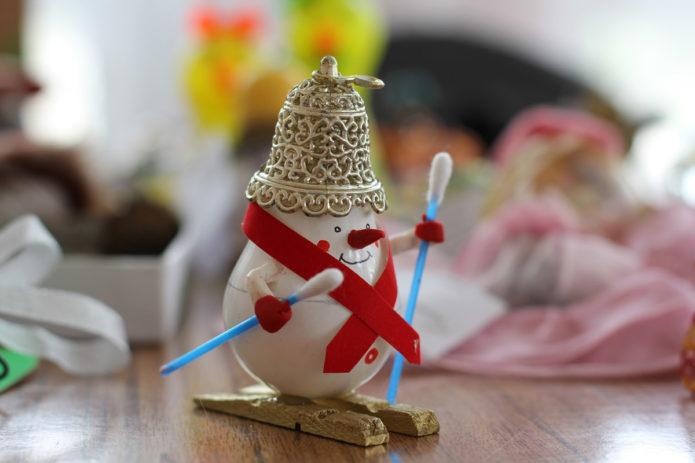 Снеговик из лампы на лыжах