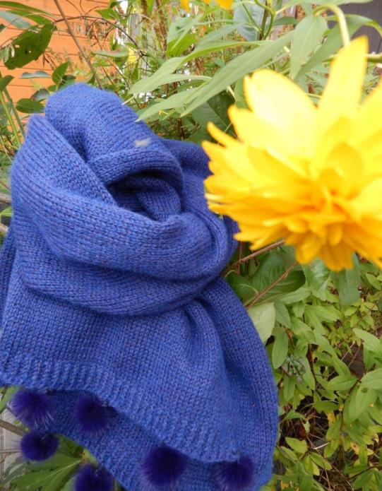 Модный голубой шарф с помпонами
