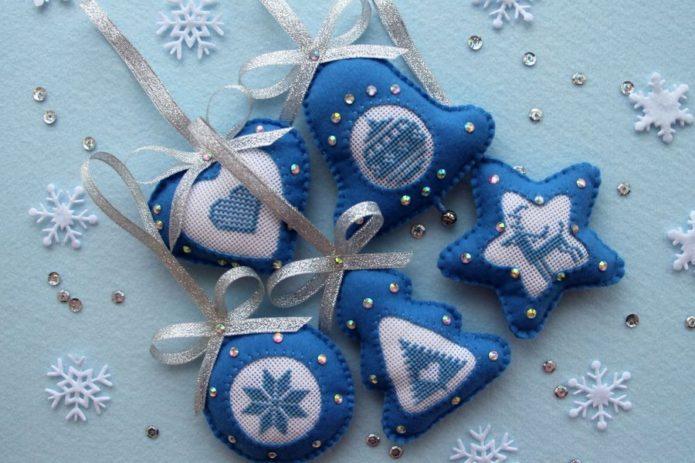 Бело-голубые игрушки из фетра