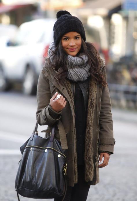 Вязаный шарф как дополнение к куртке