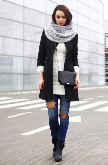 Девушка в однотонном шарфе серого цвета