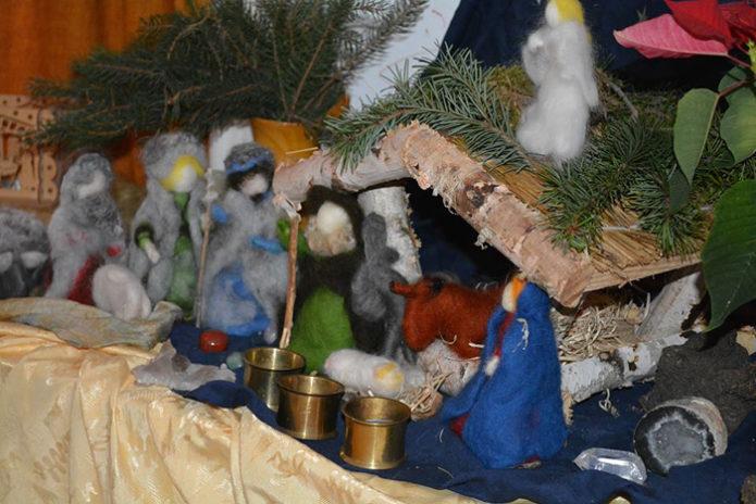 Рождественский вертеп с фигурками из шерсти