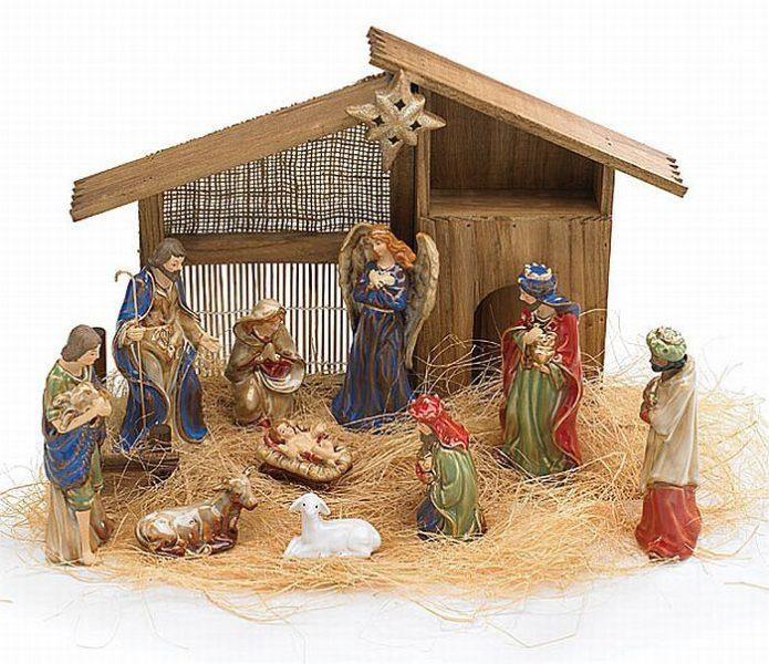 Рождественский вертеп из деревянных обрезков и мешковины