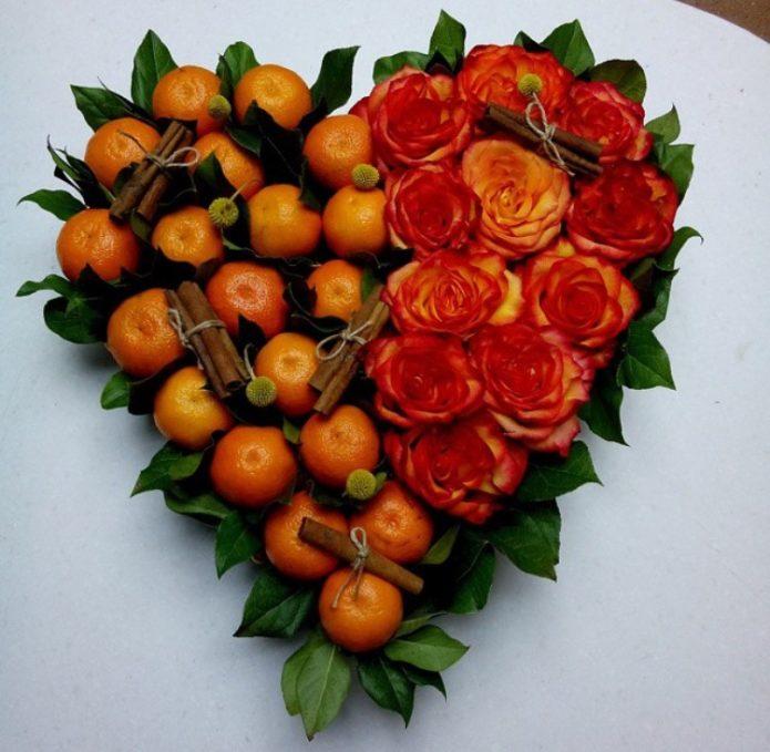 Сердце из мандаринов и желто-красных роз