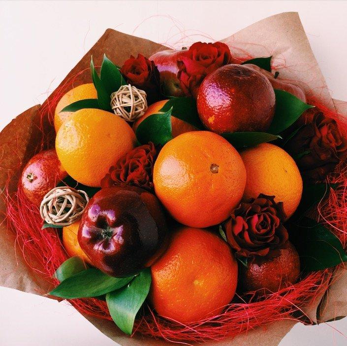 Новогодний букет из цветов и фруктов, цветы