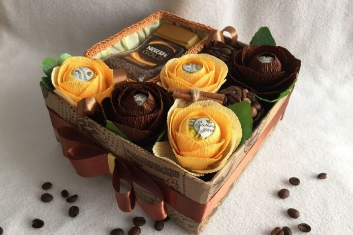 Кофе и цветы из конфет