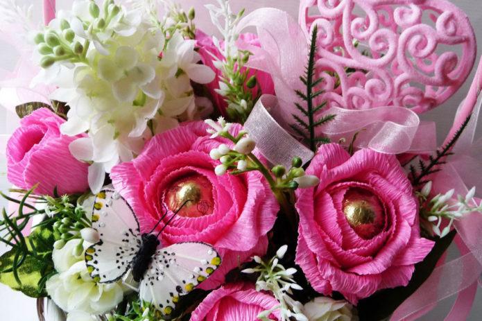 Розовый букет из конфет