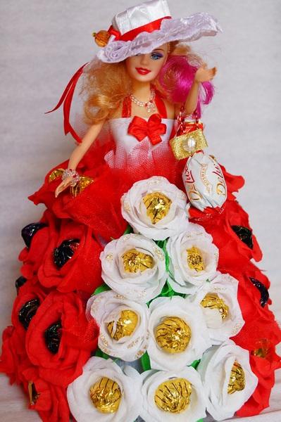 Кукла в платье из цветов с конфетами