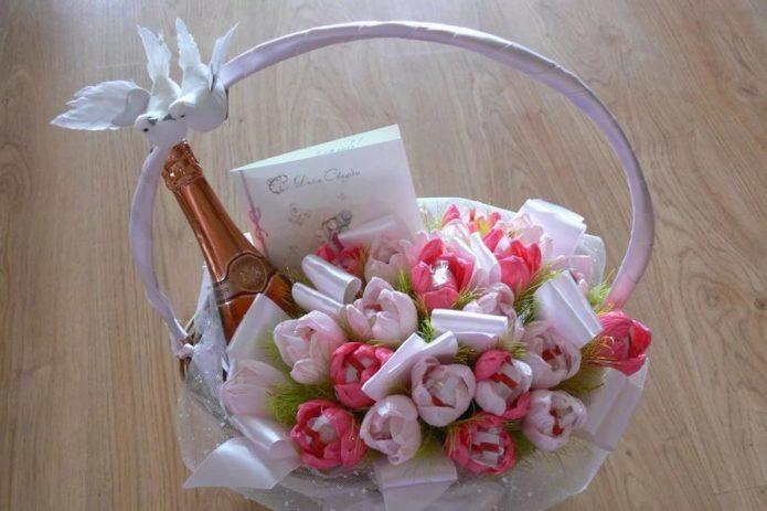 Подарок с букетом из конфет на свадьбу