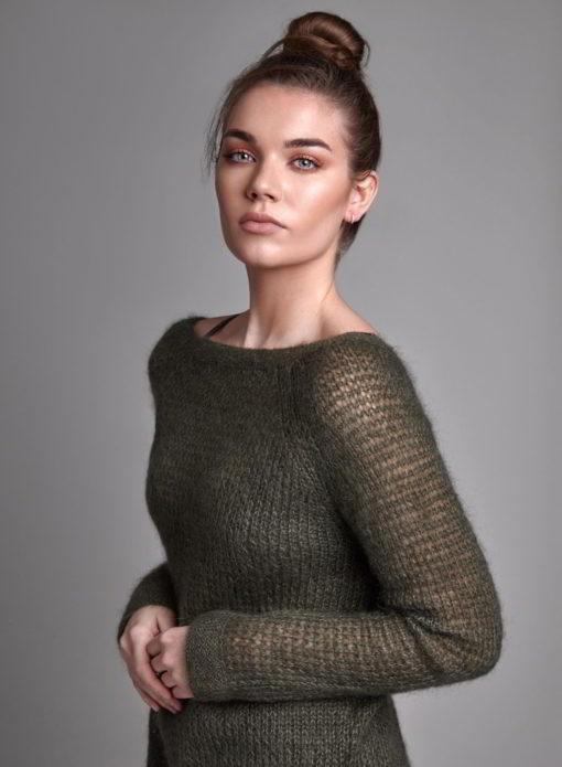 Серый пуловер из мохеровых нитей