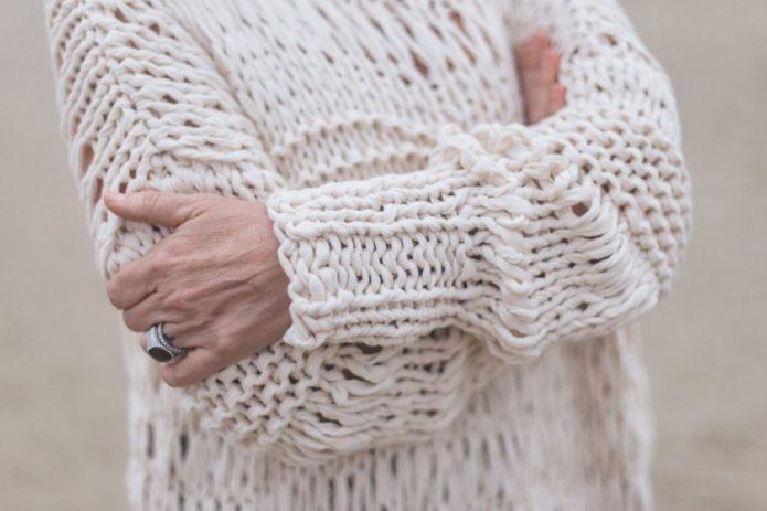 Белоснежный пуловер из трикотажной пряжи