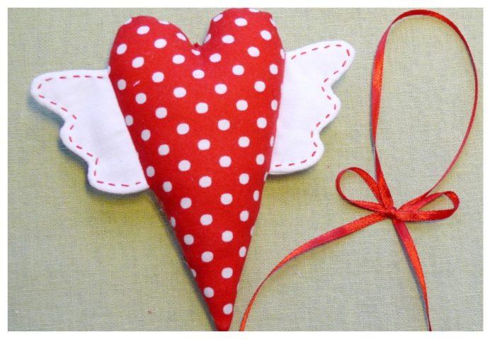 Валентинка из ткани с «крыльями»