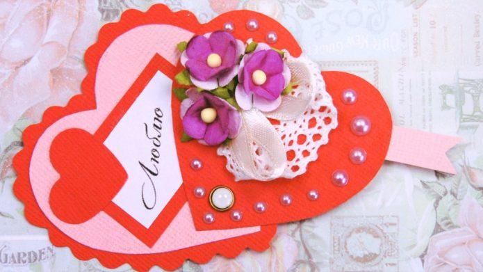 Валентинка из картона, бусин, тесьмы и кружева