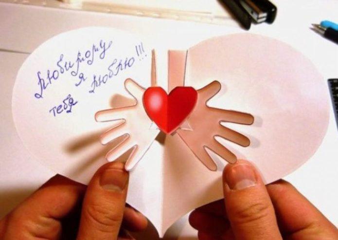 Валентинка с сердечком в руках